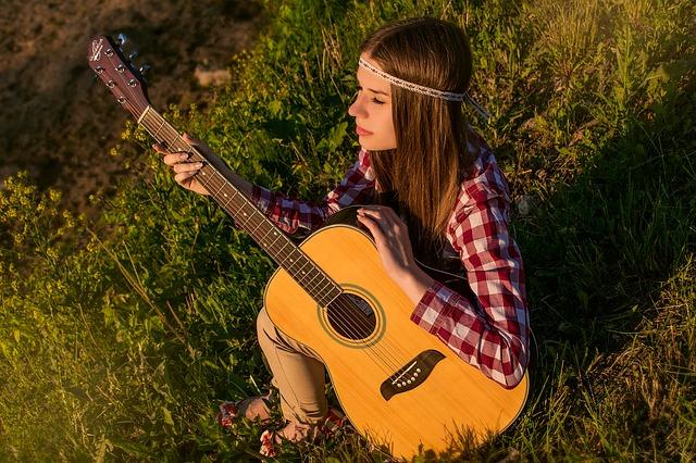 Frau lernt Gitarre spielen
